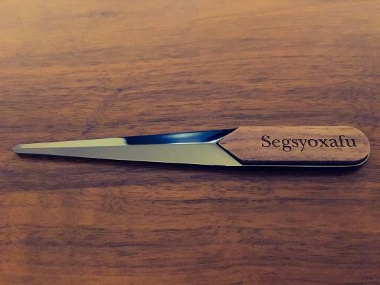 金属製の刃と木製の持ち手からなるペーパーナイフ